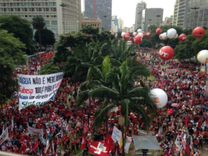 Ato do 1º da CUT reuniu uma multidão no Vale do Anhangabaú, em São Paulo