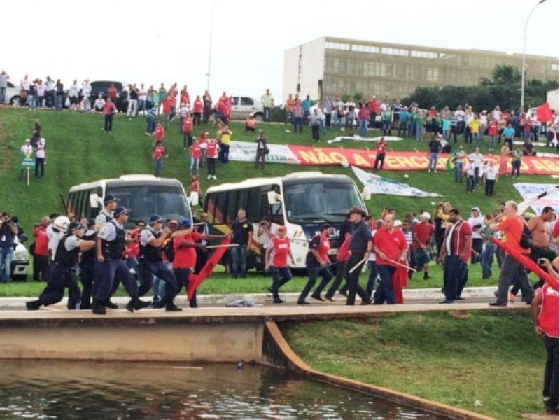 Polícia parte para cima de manifestantes em frente ao Congresso