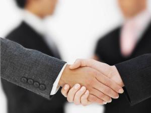 Duas pessoas dão as mãos