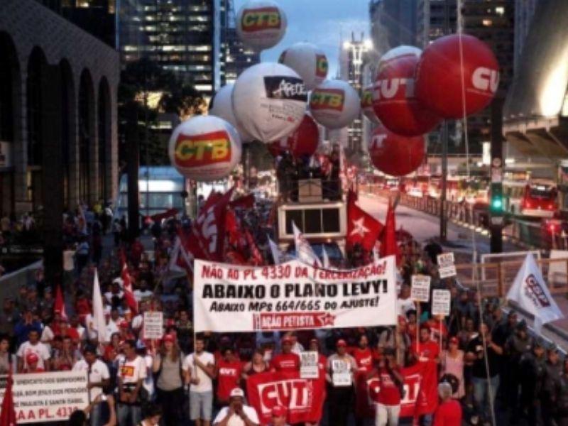 Trabalhadores em manifestação na avenida Paulista, em São Paulo
