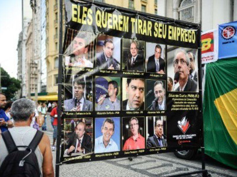 """Sindicalistas mostram fotos dos deputados que votaram """"contra o trabalhador"""""""