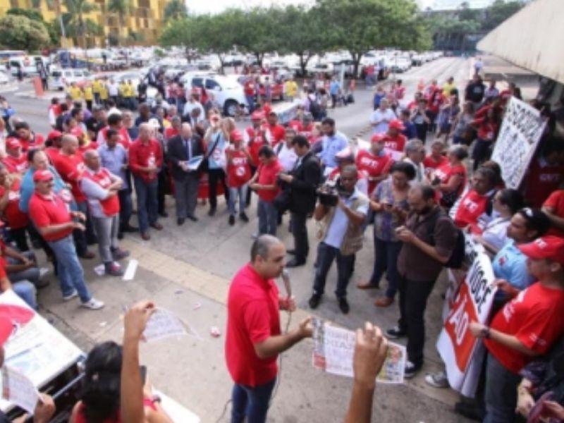 Vagner Freitas, presidente da CUT, fala aos trabalhadores na frente da Câmara